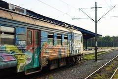 NOVI SAD, SERBIEN - SEPTEMBAR 17, 2016: Zug mit den Graffiti, die an der Station warten Stockfotografie