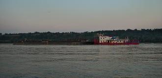 NOVI SAD, SERVIË - Augustus twaalfde: Vrachtschip die langzaam op Donau stromen stock afbeelding