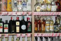 Novi triste, Serbia, 06 02 2018 diferentes tipos de alcohol en venta con precios foto de archivo libre de regalías