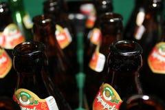 Novi triste, Serbie, 06 02 2018 bouteilles à bière en verre brunes image stock