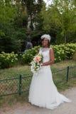 Novia afroamericana joven hermosa que lleva un vestido Imágenes de archivo libres de regalías
