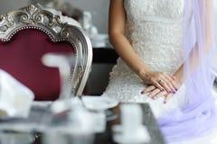 Novia al lado de un vector adornado para una boda Imagenes de archivo