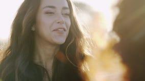 Novia alegre en luz del sol almacen de metraje de vídeo