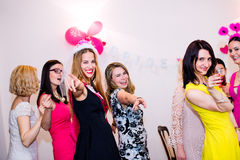 Novia alegre y damas de honor que celebran el partido de gallina con las bebidas Fotos de archivo