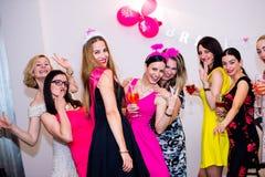 Novia alegre y damas de honor que celebran el partido de gallina con las bebidas Fotos de archivo libres de regalías