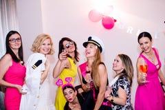 Novia alegre y damas de honor que celebran el partido de gallina con las bebidas Fotografía de archivo libre de regalías