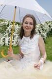 Novia bajo el parasol fotos de archivo