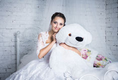 Novia bonita con el oso de peluche blanco Foto de archivo