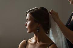 Novia caucásica hermosa que consigue lista para la boda Imagenes de archivo