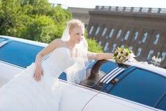 Novia cerca al coche Fotografía de archivo libre de regalías