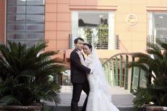 Novia china y novio, casandose pares, novia de la muchacha en vestido de boda con una corona imperial hermosa fotos de archivo