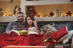Novia con el novio junto en la mala TV de observación Imágenes de archivo libres de regalías
