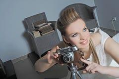 Novia con la cámara   Foto de archivo libre de regalías