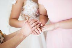 Novia con la mano de la boda de la madre bendición de la boda de la mañana de la novia de la mano de la novia de la novia y de la imagen de archivo libre de regalías
