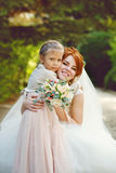 Novia con la pequeña hermana Imagen de archivo libre de regalías