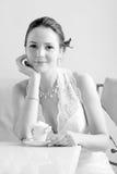 Novia con la taza de café. Fotografía de archivo libre de regalías