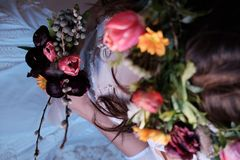 Novia con las flores imagen de archivo