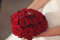 Novia con Rose roja Imagenes de archivo