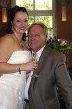 Novia con su papá después de la ceremonia de boda Imágenes de archivo libres de regalías
