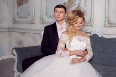 Novia de abarcamiento del novio de detrás Alineada de boda Fotografía de archivo