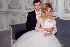 Novia de abarcamiento del novio de detrás Alineada de boda Fotografía de archivo libre de regalías