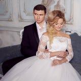 Novia de abarcamiento del novio de detrás Alineada de boda Imagen de archivo