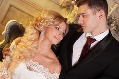 Novia de abarcamiento del novio de detrás Alineada de boda Fotos de archivo