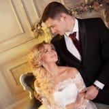 Novia de abarcamiento del novio de detrás Alineada de boda Foto de archivo libre de regalías