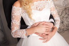 Novia de abarcamiento del novio de detrás Alineada de boda Da el primer Fotos de archivo