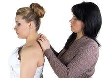 Novia de ayuda de Bridesmade para llevar el collar Fotografía de archivo