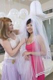 Novia de ayuda de la mujer en el vestido para arriba en Hen Party Imagenes de archivo