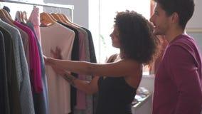 Novia de ayuda del hombre para seleccionar el vestido almacen de metraje de vídeo