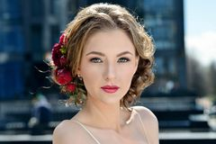 Novia de la belleza en vestido nupcial con velo del cordón en la naturaleza Foto de archivo