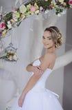 Novia de la belleza en vestido nupcial dentro Foto de archivo