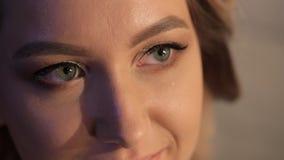 Novia de la cara del cierre-u que presenta para la sesión fotográfica dentro el día de boda metrajes