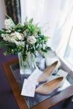 Novia de los accesorios de las mujeres Bolso, zapatos, anillos, perfume nupcial imagen de archivo