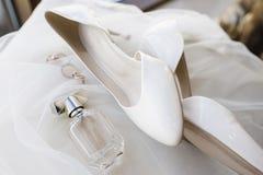 Novia de los accesorios de las mujeres Bolso, zapatos, anillos, perfume nupcial foto de archivo libre de regalías