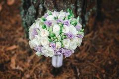 Novia del ramo con las flores púrpuras fotos de archivo libres de regalías