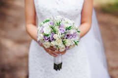 Novia del ramo de la boda con las flores púrpuras imágenes de archivo libres de regalías