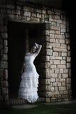 Novia del vintage que se inclina contra la pared de ladrillo Fotos de archivo