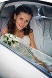 Novia dentro del coche de la boda Foto de archivo libre de regalías