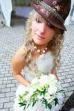 Novia divertida en sombrero Foto de archivo libre de regalías