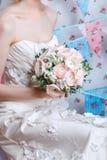 Novia El modelo de moda joven con compone, el pelo rizado, flores en pelo Moda de la novia Joyería y belleza Imágenes de archivo libres de regalías