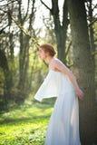 Novia elegante de la moda en el vestido blanco que se coloca al aire libre imagen de archivo