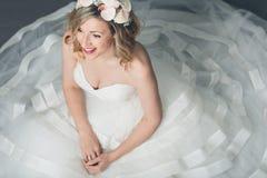 Novia elegante en un vestido bordeado lleno Fotos de archivo libres de regalías