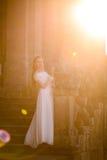 Novia elegante hermosa cerca de la iglesia en las escaleras Imagenes de archivo