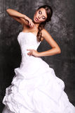 Novia elegante hermosa con el pelo oscuro que presenta en el estudio Imagen de archivo libre de regalías