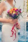 Novia elegante que sostiene el ramo de la boda imagen de archivo