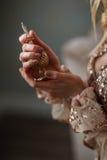 Novia elegante que sostiene en manos una botella de perfume de lujo Imagen de archivo libre de regalías