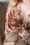 Novia elegante que sostiene en manos una botella de perfume de lujo Imagen de archivo